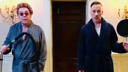 Elton John y David Furnish, en una imagen del vídeo donde anuncian su fiesta virtual de los Oscar.