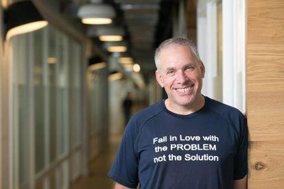 El emprendedor israelí Uri Levine, con una de sus habituales camisetas con mensaje: 'Enamórate del problema, no de la solución'.