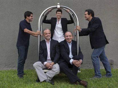 De pie, Renato Cisneros, Rita Indiana y Juan Gabriel Vásquez, y, sentados, Carlos Franz y Héctor Aguilar Camín, retratados en Lima.