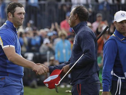 Tiger felicita a Rahm.