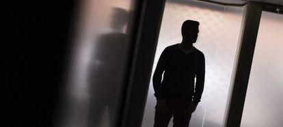 Benito, de 26 años, gastó 130.000 euros en apuestas deportivas. En la imagen, en una de las salas de la terapia a la que acude en Zaragoza.