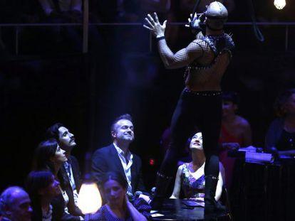 Juan Diego Botto, triunfador en la noche de los Premios Max, junto al actor Tristán Ulloa durante la gala.