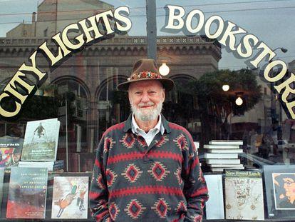 Lawrence Ferlinghetti, en 1998, en San Francisco, delante de su librería.