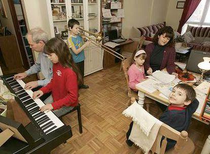 Ketty y Michael Branson educan a sus cuatro hijos en casa, en Irún. Los niños hablan cuatro idiomas y aprenden música.