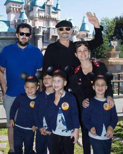 El cantante Miguel Bosé y sus hijos, en una imagen publicada en Instagram en 2017 cuando trataron de chantajearle con la publicación del rostro de los niños.
