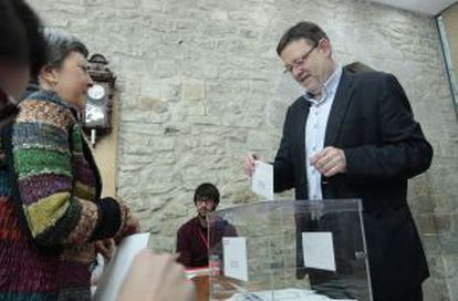El secretario general del PSPV-PSOE, Ximo Puig, en su colegio electoral en Morella.