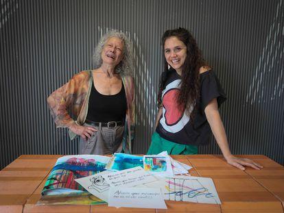 Laura Ciarlantini (Pintora, a la izquierda) y Zenaida Alcalde (Acrobatista) posando en el centro cultural Conde Duque, donde representarán el espectáculo circense 'Y ahora qué?' .