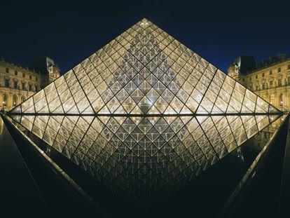 La Pirémide del Museo del Louvre, en París, que da acceso al edificio. Esta construcción de vidrio y aluminio y de estilo internacional fue inaugurada en 1989.