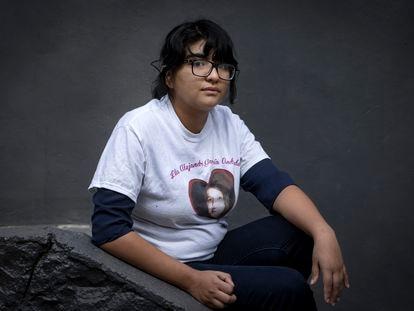 Jade García Andrade posa con una camiseta con la foto de su madre, asesinada en 2001.