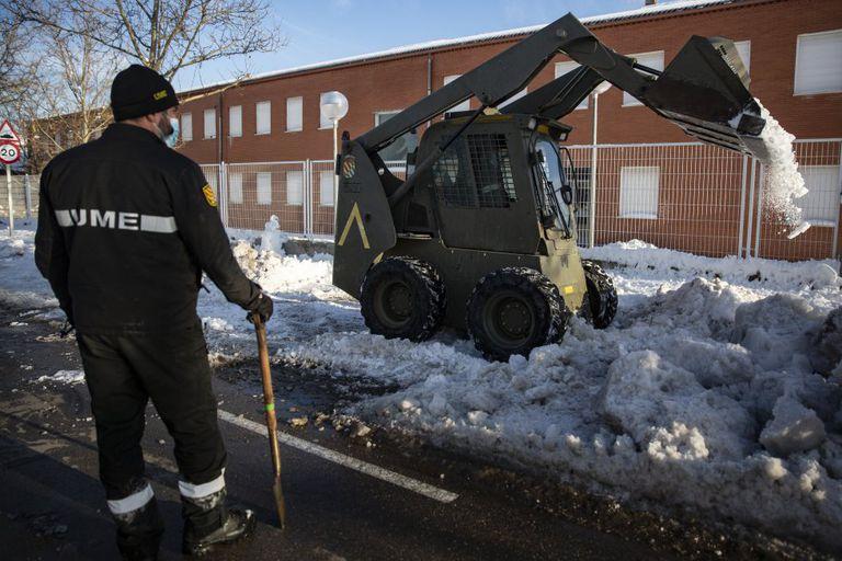 Efectivos de la UME limpian los accesos a uno de los colegios de Madrid.