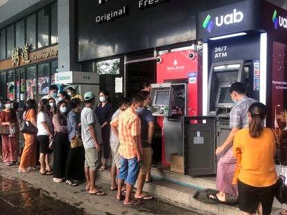 Decenas de personas hacen largas colas para retirar dinero de los cajeros automáticos en la ciudad de Yangon el 29 de abril.