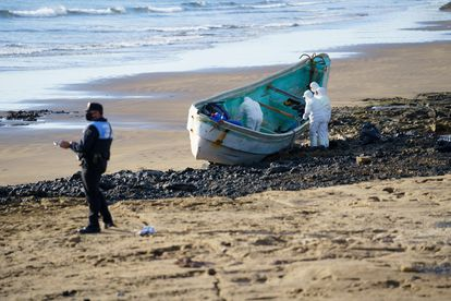 Cuatro hombres han fallecido en un cayuco que ha llegado esta madrugada a la playa del Cabezo, en El Médano (al sur de Tenerife), con 47 personas a bordo.