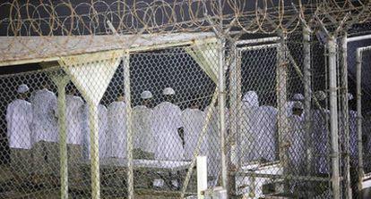 Presos musulmanes rezan en el Campo 4 de la base estadounidense de Guantánamo.