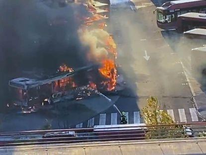 Espectacular Incendio de esta tarde en las cocheras de la EMT en Valencia