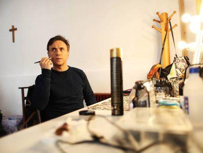 José Mota, frente a la mesa de maquillaje en el rodaje de 'Bienvenido Mr. Wanda' en Brunete.