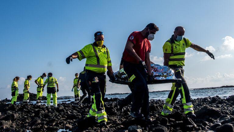 Efectivos de los servicios de emergencia y los cuerpos de seguridad han rescatado este miércoles los cuerpos sin vida de cuatro inmigrantes que iban a bordo de la patera que naufragó el martes por la noche junto al muelle de Órzola, en Lanzarote.