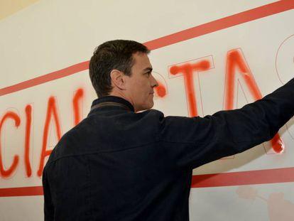 El exsecretario general del PSOEPedro Sanchez rellena con spray una pintada.