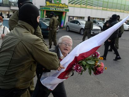 Un policía bielorruso detiene a la activista Nina Baginskaya, este sábado en Minsk.