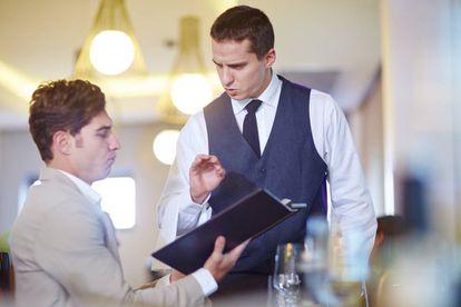 Cliente y camarero en un restaurante.