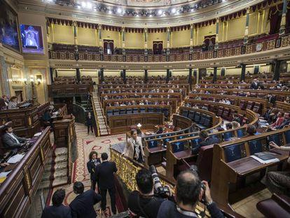 Sesión en el Congreso, con los sillones azules de la bancada de los ministros vacíos.
