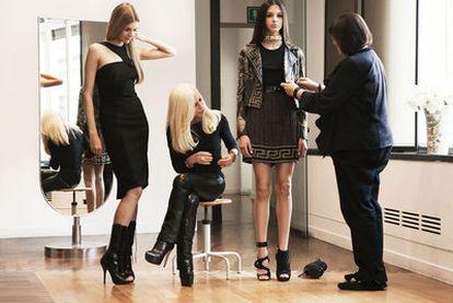 La cadena HyM colaborará con Versace en su colección de otoño, siguiendo la política de alianzas con marcas de moda que inició en 2006. Margareta van den Bosch, asesora creativa de HyM, Donatella Versace con uno de los vestidos de la colección que se pondrá a la venta el 17 de noviembre.
