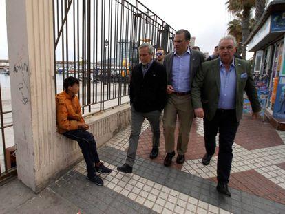 El secretario general de Vox, Javier Ortega Smith, en el centro, se cruza con un menor inmigrante en Melilla el pasado viermes.