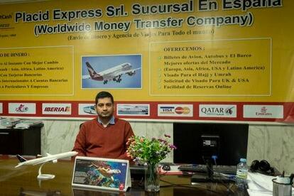 Shajid Mowla, dueño de un negocio de remesas y viajes a Bangladesh, en su establecimiento en la calle Sombrerete.