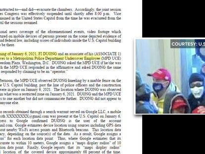 Fi Duong, de mascarilla blanca, en el momento en que irrumpió en el Capitolio, el 6 de enero.