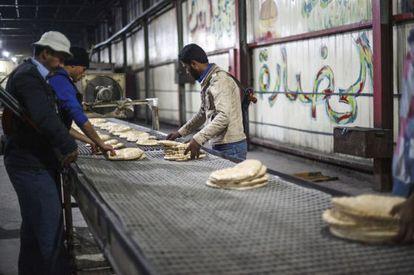 Miembros del Ejército Libre de Siria en una panadería que vende pan barato en Raqqa este mes.