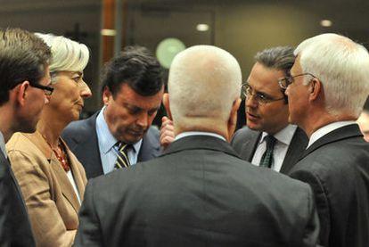 Varios ministros europeos mantienen un encuentro previo a la reunión del Ecofin, anteayer en Bruselas.