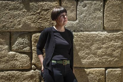 La poeta Lara Dopazo Ruibal, en una calle de su pueblo natal, Marín, en la provincia de Pontevedra.