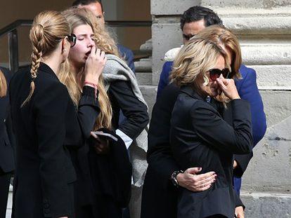 Familiares de la Duquesa de Alba a su llegada a la capilla ardiente instalada en el Ayuntamiento de Sevilla.