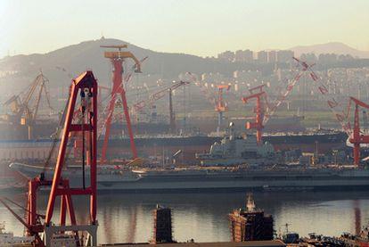 Portaaviones chino atracado en el puerto de Dalian, en la provincia de Lianoning, al noreste de China.