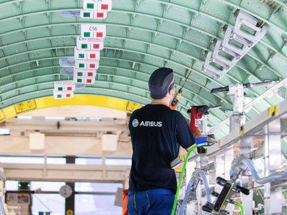 Un técnico de Airbus trabaja en un aparato de la familia A320 en Alemania.