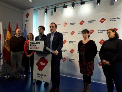 El portavoz de Navarra Suma, Javier Esparza, con el alcalde de Estella, Gonzalo Fuentes, y varios concejales, este lunes en Pamplona.  EUROPA PRESS 09/03/2020