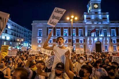 Manifestantes en la céntrica plaza madrileña.