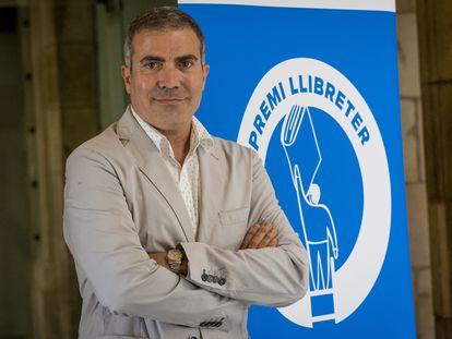 Francesc Serés, ante el cartel del Premio Llibreter.