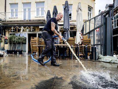 Un empresario limpia este viernes los daños de las inundaciones sufridos por su negocio en la ciudad de Valkenburg (Países Bajos).