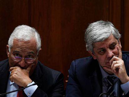 A la izquierda, el primer ministro António Costa con su ministro de Finanzas, Mário Centeno.
