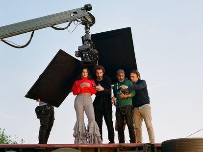 Rosalía junto al equipo de la productora Canadá, entre ellos Nicolás Méndez (a la derecha), encima del camión en el videoclip de 'Pienso en tu mirá'.