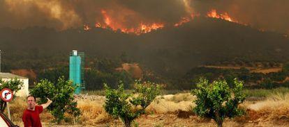 Un vecino señala el incendio forestal de Cortes de Pallàs (Valencia), el pasado martes.
