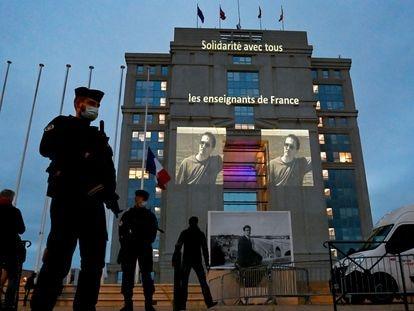 Homenaje al profesor francés Samuel Paty en la fachada del Hotel de Region en Montpellier, el pasado 21 de octubre.