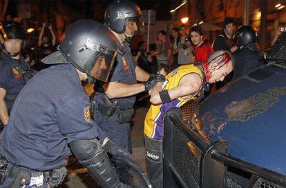 La policía cargó contra manifestantes fuera de control.