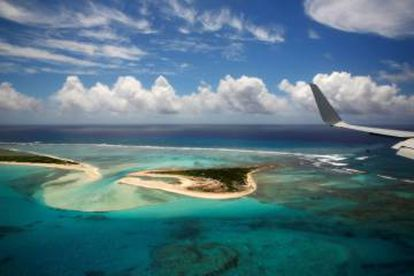 Fotografía del el atolón de Midway desde el Air Force One, el avión del presidente estadounidense.