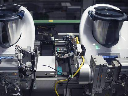 Proceso de montaje de un robot de cocina Thermomix en la fábrica de la empresa Vorwerk en Wuppertal, Alemania.