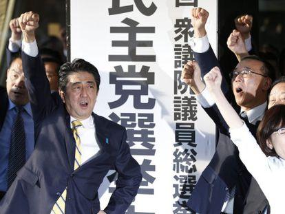 Shinzo Abe (centro) en un acto del Partido Liberal Demócrata el viernes para presentar la campaña para los comicios de diciembre
