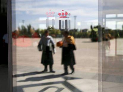Logo de la universidad en una puerta de cristal del rectorado de la Universidad Rey Juan Carlos en  Móstoles, Madrid.