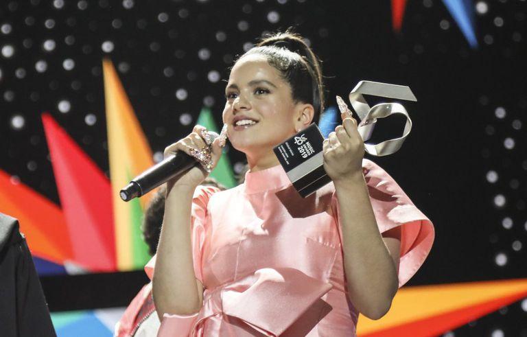 La cantante Rosalía recoge su premio en Los40 Music Awards 2019.