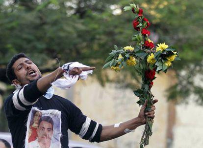 Un cristiano copto se manifiesta en El Cairo tras los disturbios.