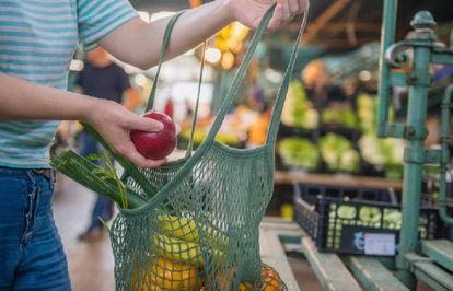 Cada vez más personas optan por llevarse al mercado una bolsa de algodón reutilizable para evitar las de plástico.